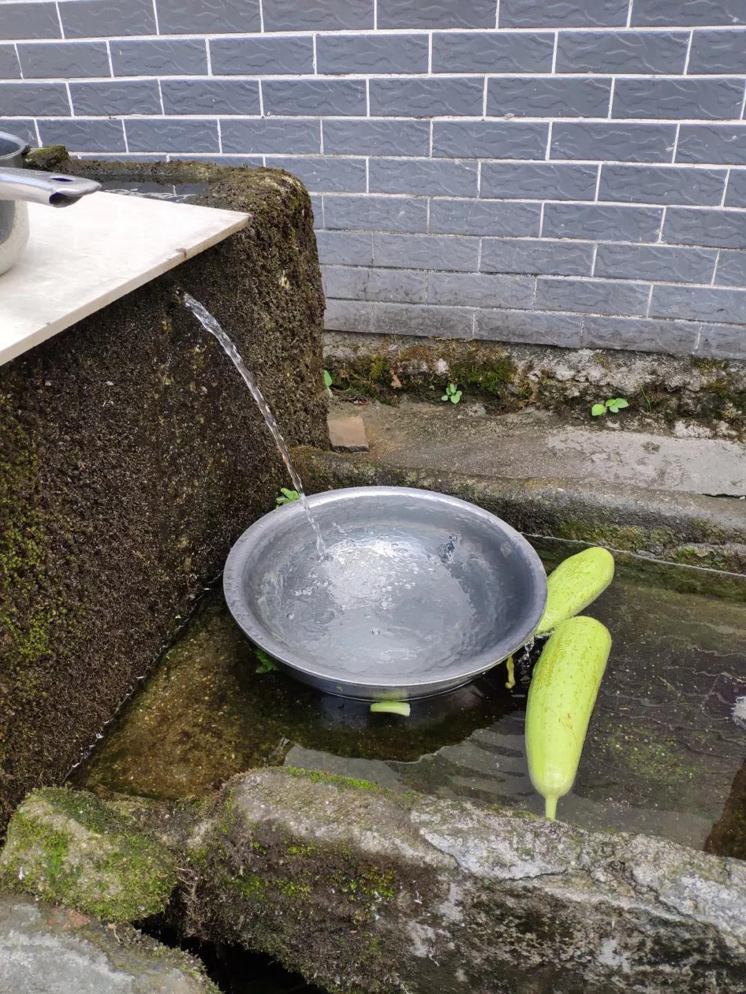 神山村村民彭长良家的自流泉