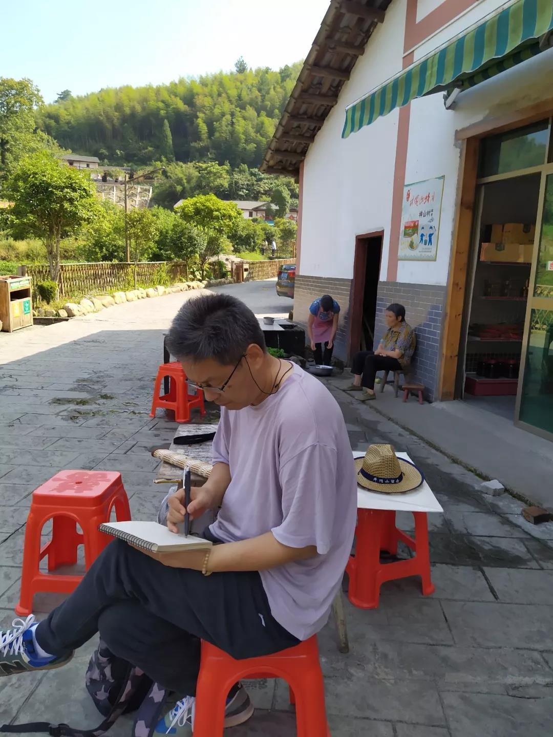 在神山村村民彭长良家门口写生