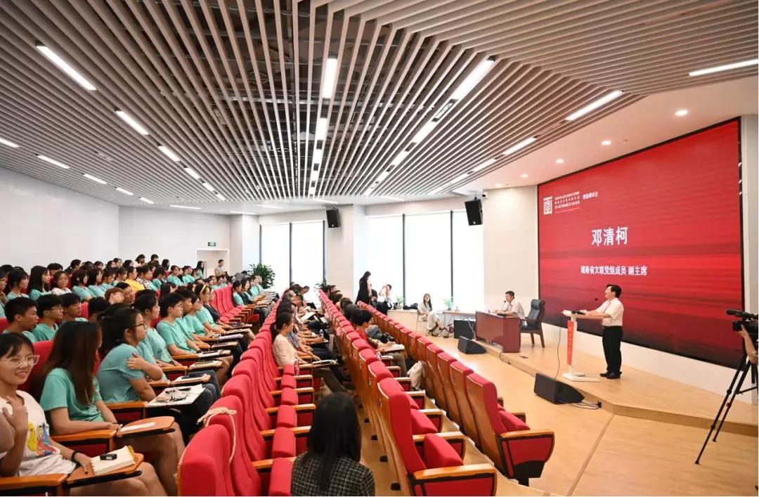 湖南省文联党组成员、副主席邓清柯致词