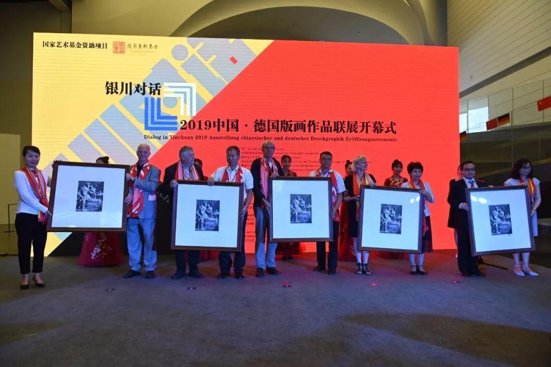德国艺术家向银川市政府赠送版画作品
