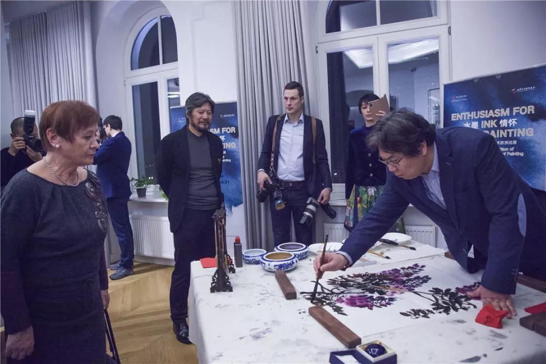 中国国家画院研究员李晓军现场展示水墨艺术