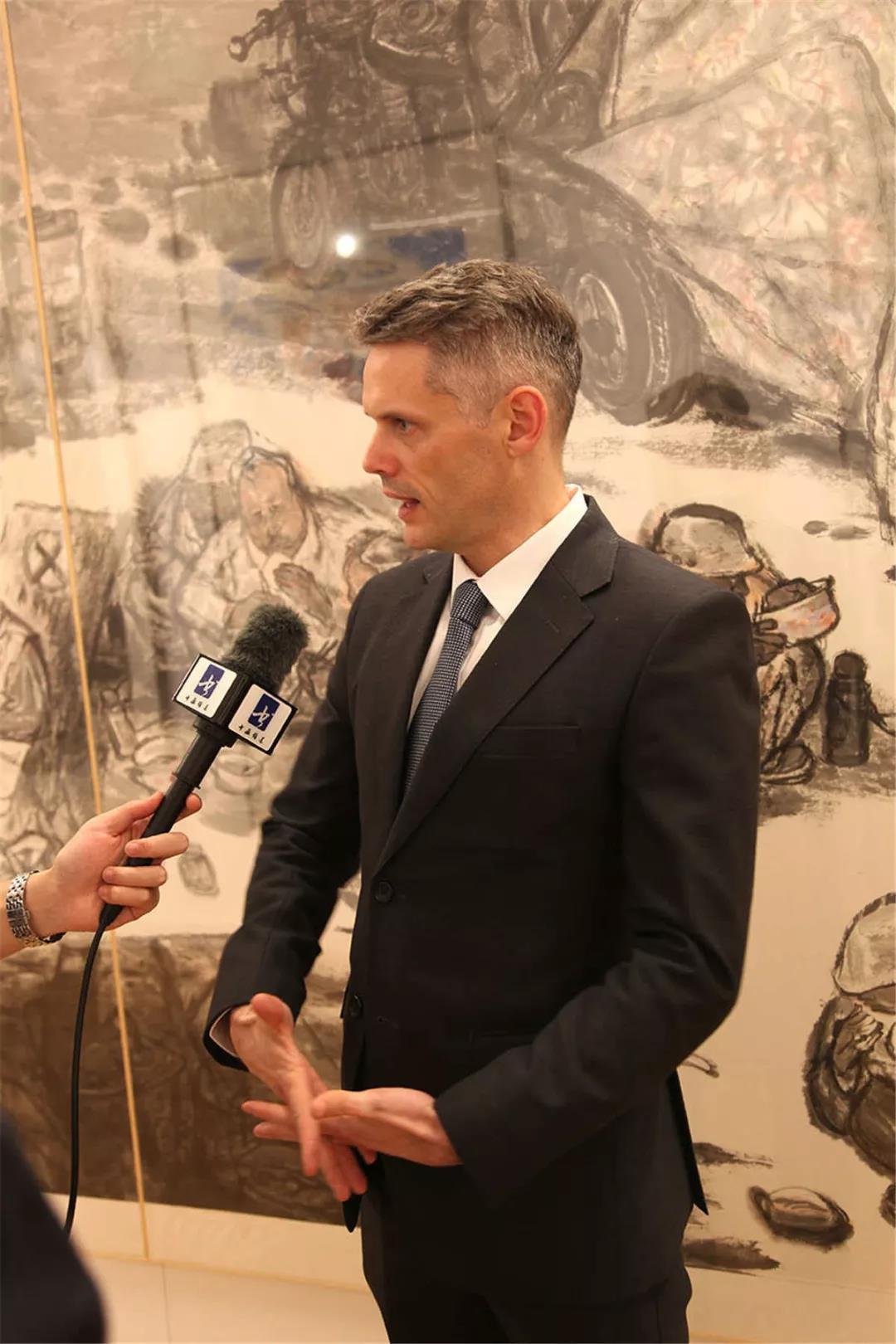 拉脱维亚驻华使馆商务参赞英格接受采访