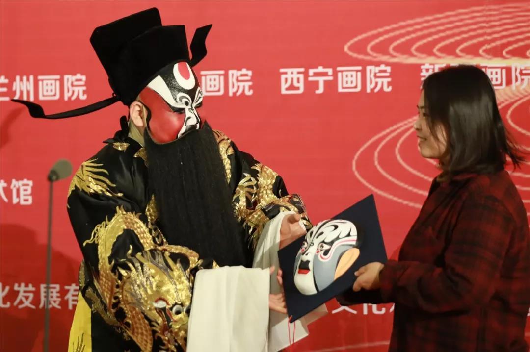 美术馆副馆长常欣接受非遗传承人陈耀武先生捐赠