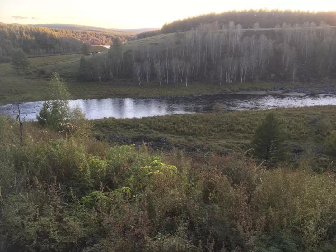 夕阳下的不冻河