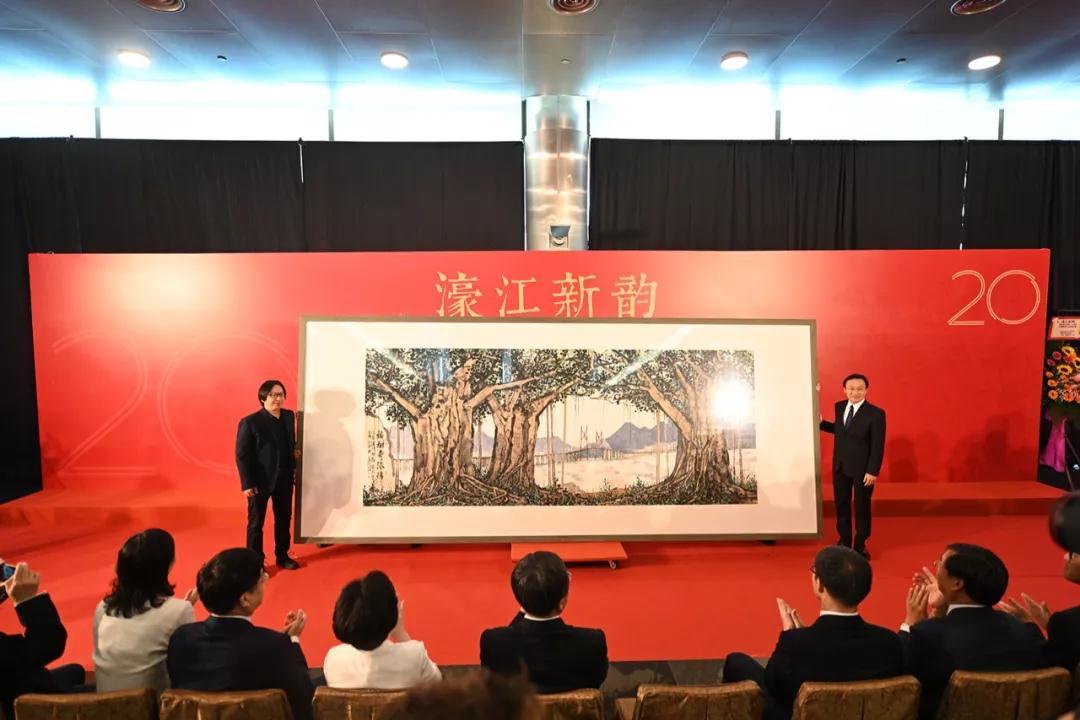 中国国家画院代表赵培智向澳门特区政府代表、社会文化司司长谭俊荣赠送画作《榕树寄深情》