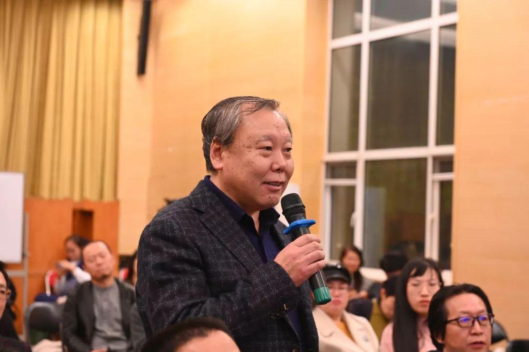中国国家画院艺术家王厚祥发言并提问