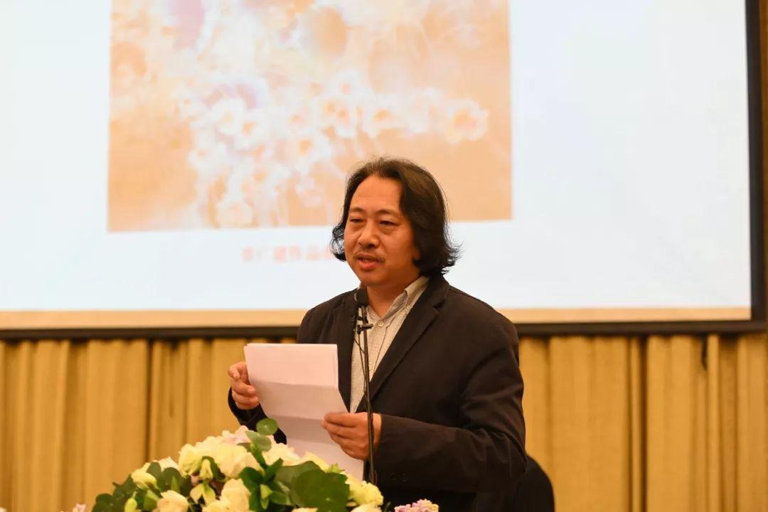 主旨演讲中的教学培训部主任、艺术家贾广健