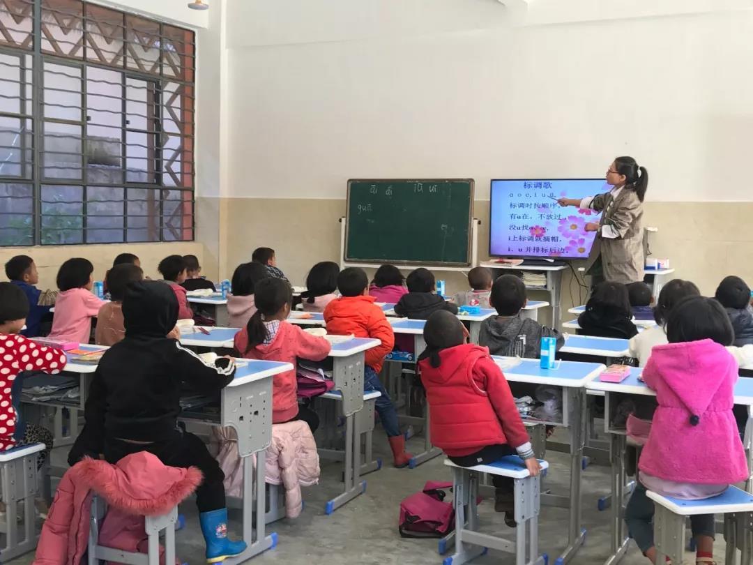 孩子们在认真听老师讲课