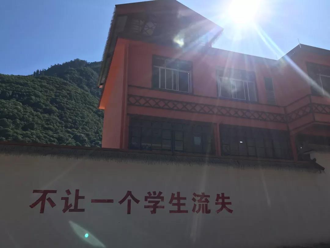 阳光照在校舍的屋顶