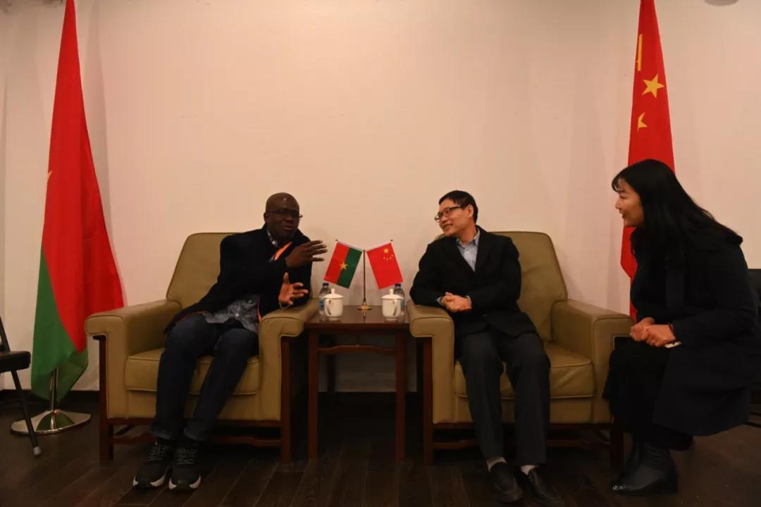 张士军书记与桑戈部长在座谈会上