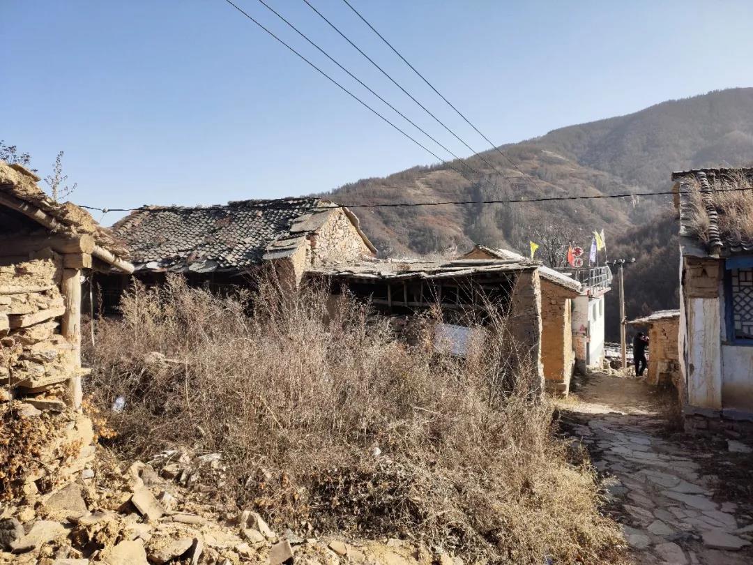 山顶上废弃的小山村