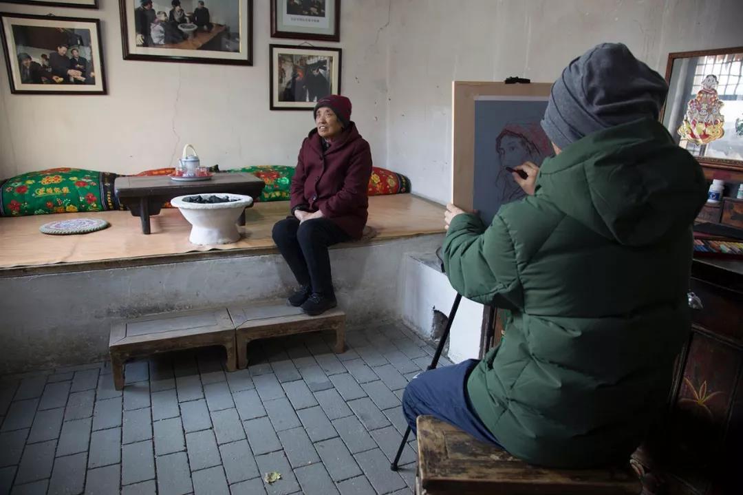 张苑为老人画像