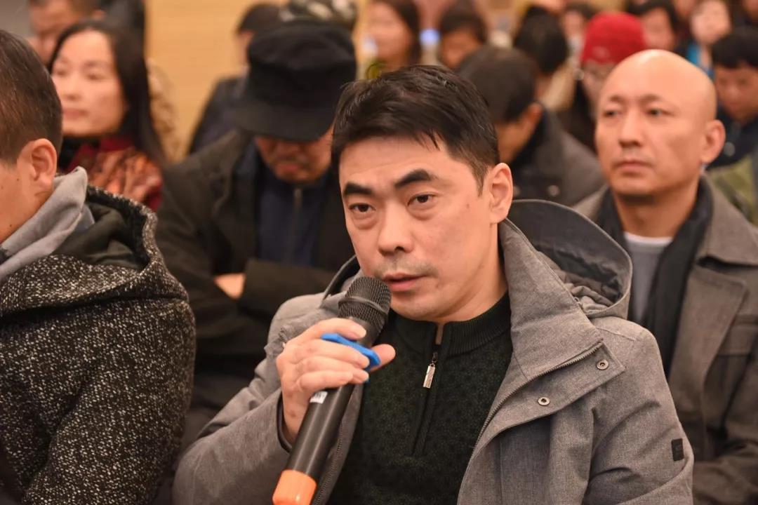 《中国美术报》副社长陈明发言并提问