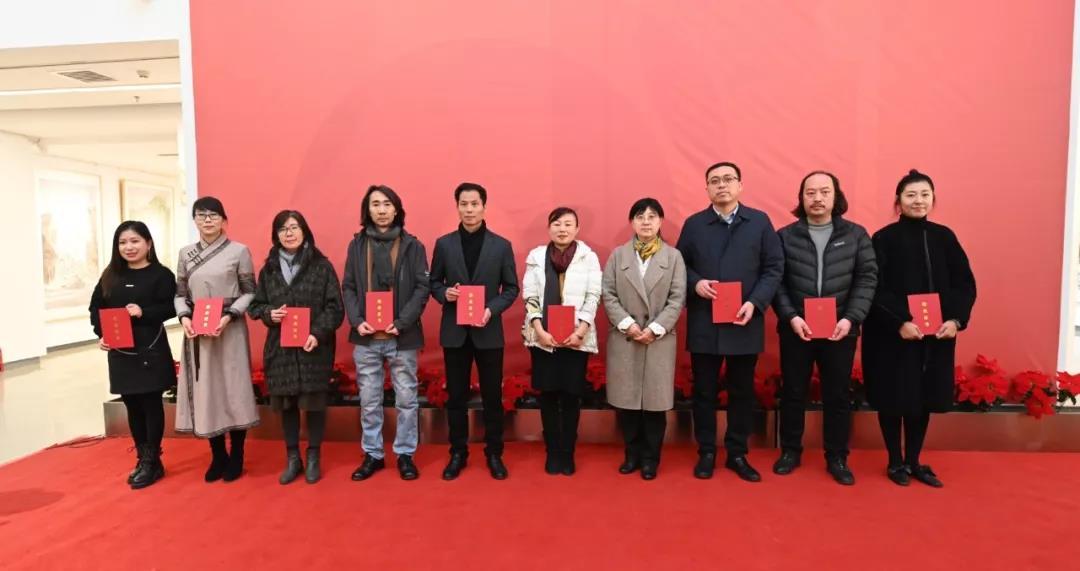 文化和旅游部艺术司副司长周汉萍为学员颁发证书并合影留念