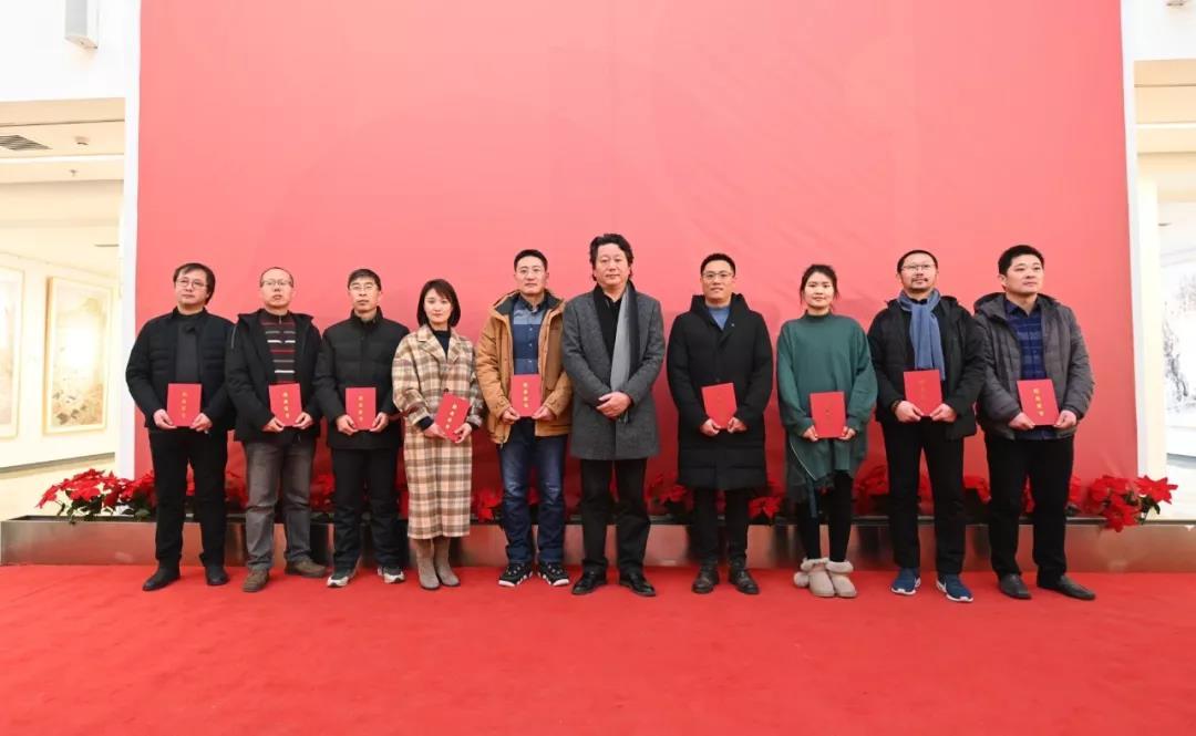 中国国家画院副院长张江舟为学员颁发证书并合影留念