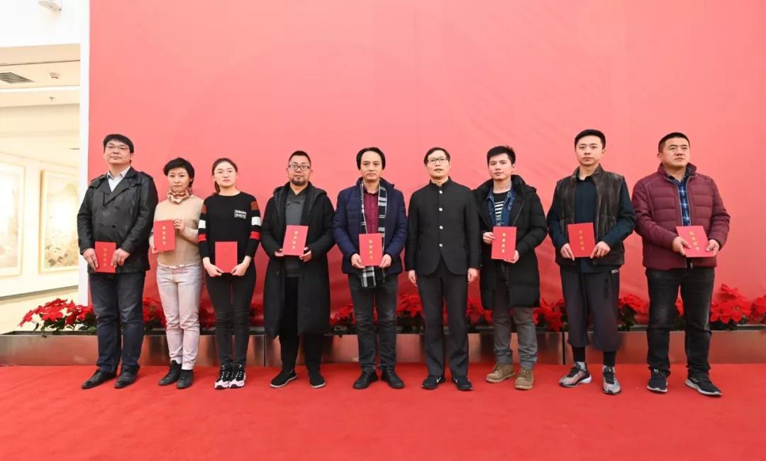 中国国家画院党委书记张士军为学员颁发证书并合影留念