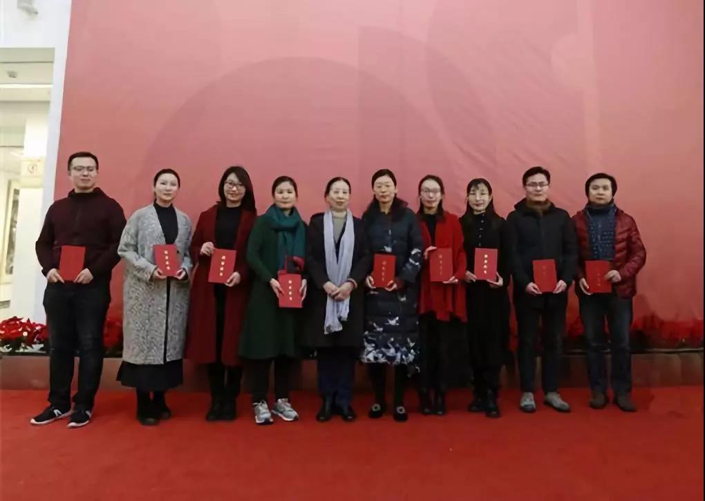 中国国家画院艺术家、中国女画协会主席孔紫为学员颁发证书并合影留念