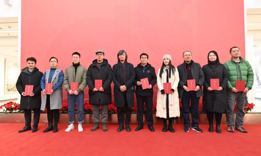 中国国家画院美术馆馆长何加林为学员颁发证书并合影留念