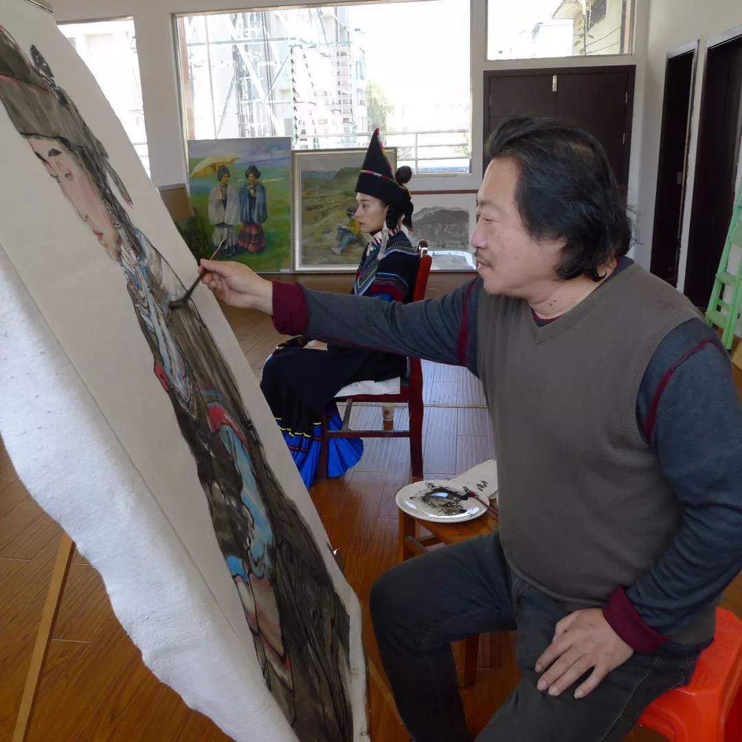 纪连彬在昭觉文化馆里写生