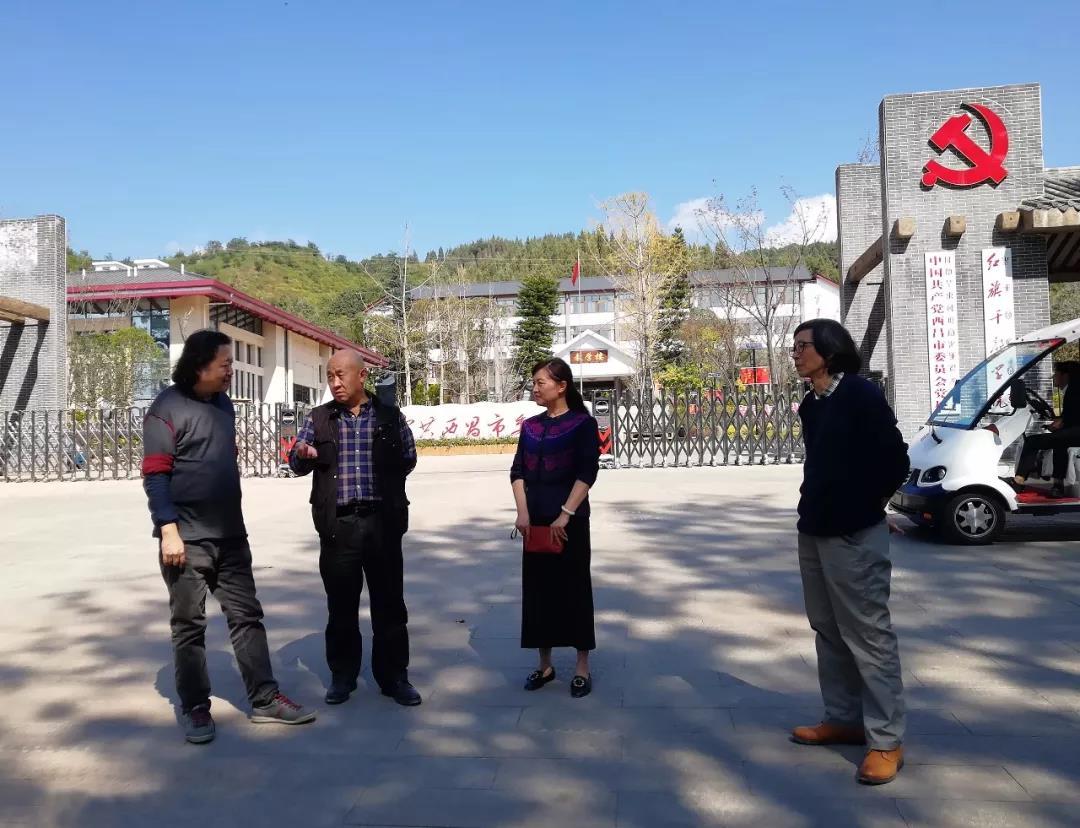 在委党校调研州政协副主任宋光明在介绍市里的文化项目