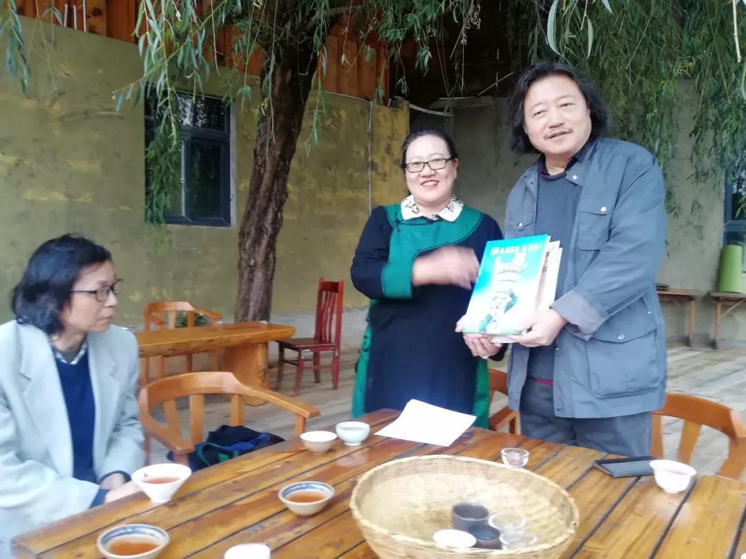 西昌市人大主任罗开莲向纪连彬、尚可赠送凉山出版的文献集