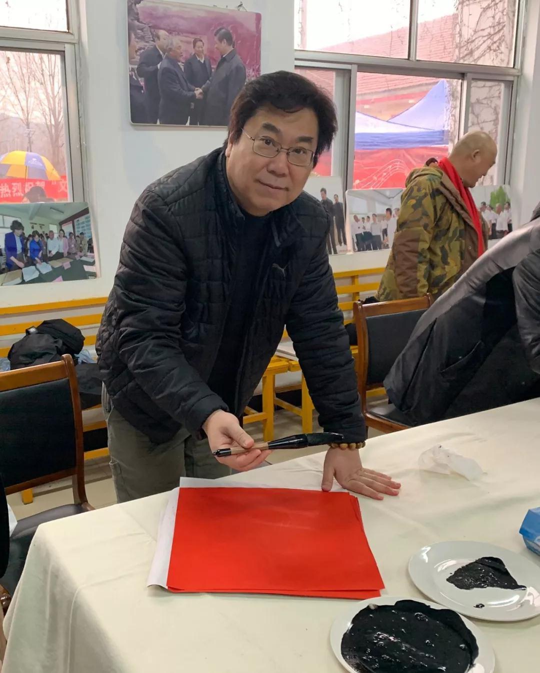 中国国家画院书法篆刻专业委员会执行主任李晓军现场写福字
