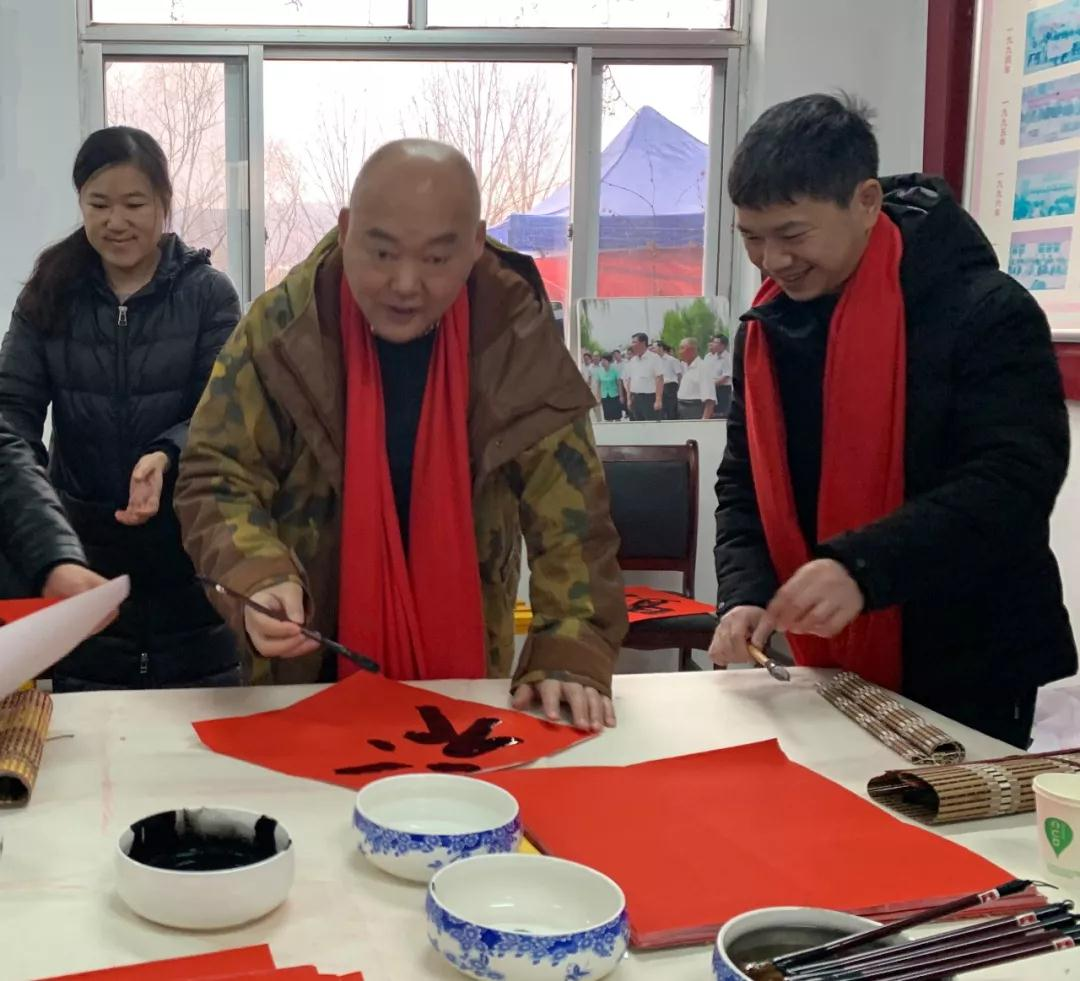 中国国家画院书法篆刻专业委员会研究员洪厚甜现场写福字