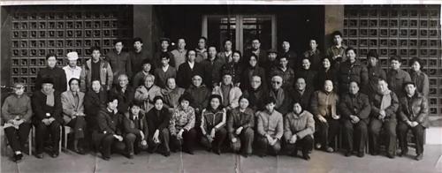 1985年中国画研究院员工与老画家们合影