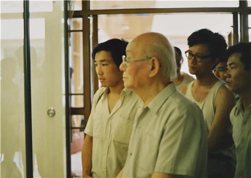 卢禹舜陪同李可染先生观看画展
