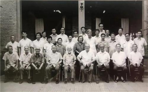 """1979年7月11日,时任全国人大委员会委员长叶剑英在颐和园藻鉴堂接见了""""中国画创作组""""的画家"""