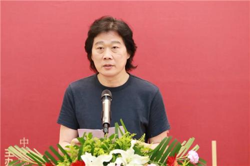 中国国家画院人物画所副所长卢志强作为参展艺术家代表发言
